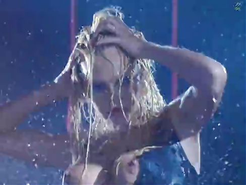Marvelous Pamela Anderson gets wet under the rain and looks so sexy